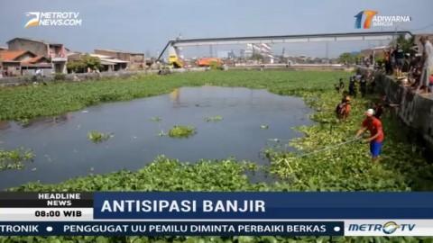 Cegah Banjir, BPBD Semarang Bersihkan Eceng Gondok di Sungai Benger