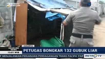 Petugas Bongkar Ratusan Gubuk Liar di Kanal Banjir Barat