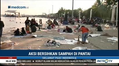 Sejumlah Warga Sukarela Bersihkan Sampah Tahun Baru di Pantai Ancol
