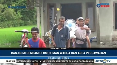 Banjir, Warga Purworejo Ungsikan Peralatan Rumah dan Hewan Ternak