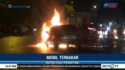 Diduga Korsleting, Sebuah Minibus Terbakar di Serpong