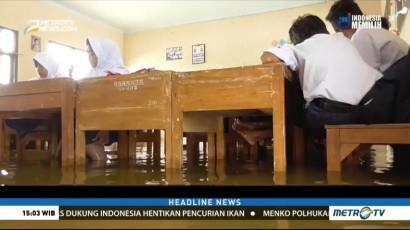 Siswa Tetap Belajar Meski Sekolah Terendam Banjir