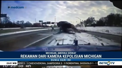 Tabrakan Mobil vs Truk Derek Terekam Kamera Polisi