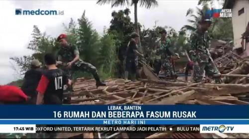 Pasukan Kopassus Bantu Evakuasi Material Gempa Banten