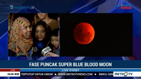 Warga Antusias Lihat Super Blue Blood Moon di Taman Ismail Marzuki