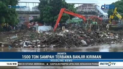 Ribuan Ton Sampah Kiriman Menumpuk di Jembatan Kampung Melayu