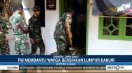 Personel TNI Bantu Bersihkan Sisa Banjir di Cirebon
