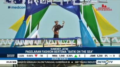 Pagelaran Busana Batik di Atas Laut