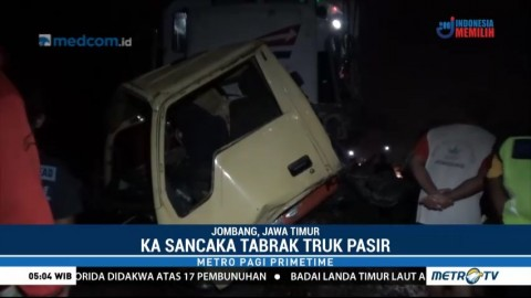 Kereta Api Tabrak Truk Bermuatan Pasir di Jombang