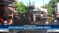 Warga Bersihkan Lumpur Sisa Banjir di Bandung