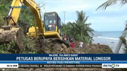 Petugas Bersihkan Material Longsor di Jalinbar Sulawesi
