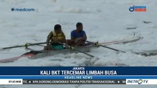 Atlet Dayung DKI Jakarta Berlatih di Tengah Limbah Busa Kali BKT