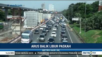 Arus Lalin di Tol Cikampek Arah Jakarta Padat Merayap