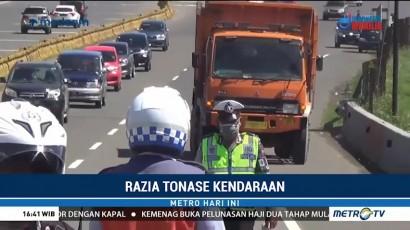 Polisi Razia Tonase Kendaraan di Pintu Keluar Tol Ciawi