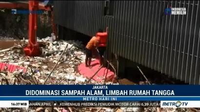 Sampah Kayu Menumpuk di Pintu Air Manggarai
