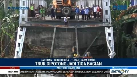 Evakuasi Truk Korban Ambruknya Jembatan Widang Kembali Dilanjutkan