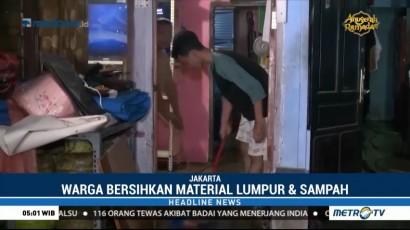 Banjir Mulai Surut, Warga Kemang Bersihkan Lumpur dan Sampah