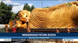 Tradisi Memandikan Patung Buddha Tidur Jelang Waisak