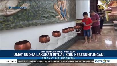 Umat Buddha di Bandung Lakukan Ritual Koin Keberuntungan