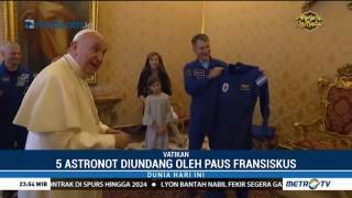 Paus Fransiskus Dapat Hadiah Seragam Astronaut
