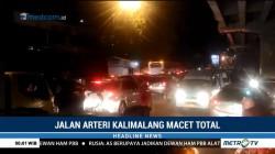 Jalan Arteri Kalimalang Macet Total