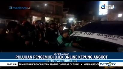 Puluhan Pengemudi Ojek Online Kepung Angkot di Depok