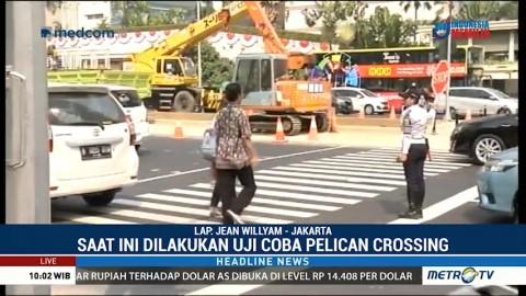 Petugas Dishub Bantu Warga Menyeberang di <i>Pelican Crossing</i>