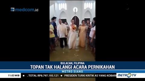 Pasangan Ini Menikah di Tengah Banjir