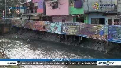 Permukiman Kumuh di Bantaran Kali Angke Ditutupi Spanduk Asian Games