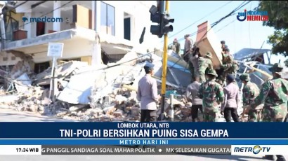 TNI-Polri Bersihkan Material Sisa Gempa di Lombok Utara