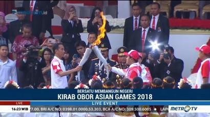 Jokowi Serahkan Api Obor Asian Games ke Erick Thohir