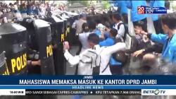 Unjuk Rasa Mahasiswa di Kantor DPRD Jambi Ricuh