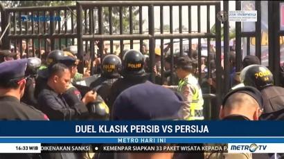 Ricuh, Suporter Tak Bertiket Memaksa Masuk Stadion GBLA