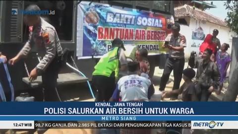 <i>Water Cannon</i> Polisi Salurkan Air Bersih di Kendal