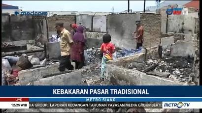 Pedagang Pasar Sederhana Mengais Sisa Barang yang Terbakar