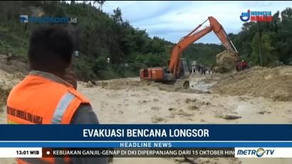 Alat Berat Bersihkan Longsor di Jalan Lintas Aceh-Sumut