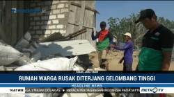 Rumah Ambruk Diterjang Gelombang Tinggi di Tuban