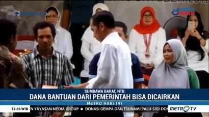 Jokowi Bagikan Buku Tabungan untuk Korban Gempa Sumbawa Barat