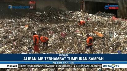 Tumpukan Sampah di Pintu Air Manggarai Mulai Menggunung