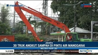 30 Truk Dikerahkan untuk Angkut Sampah di Pintu Air Manggarai