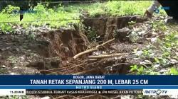 Warga Kab Bogor Dikagetkan dengan Fenomena Tanah Retak