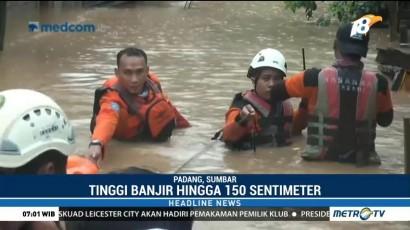 Petugas Gabungan Evakuasi Korban Banjir di Padang