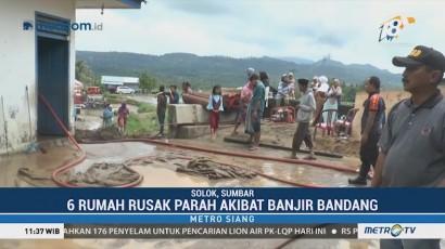 Warga Sumbar Gotong Royong Bersihkan Sisa Material Banjir Bandang