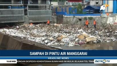 Sampah Tutupi Pintu Air Manggarai
