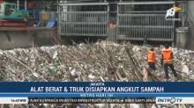 300 Kubik Sampah Menumpuk di Pintu Air Manggarai