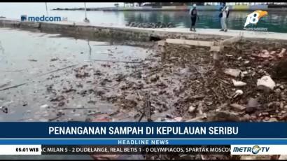 Petugas Gabungan Bersihkan Sampah yang Menumpuk di Pulau Pari