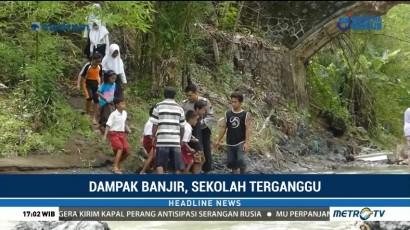 Siswa di Banjarnegara Lewati Jembatan Ambruk untuk Bersekolah