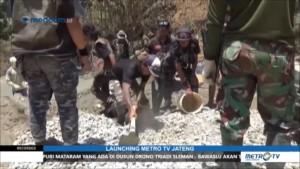 TNI dan Sekelompok Anak Punk Gotong Royong Bangun Jalan