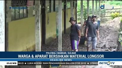 Warga dan Aparat Gabungan Bersihkan Material Longsor di Polewali Mandar