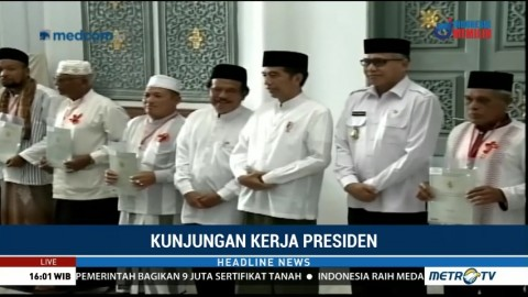 Jokowi Bagikan Sertifikat Tanah Wakaf di Aceh